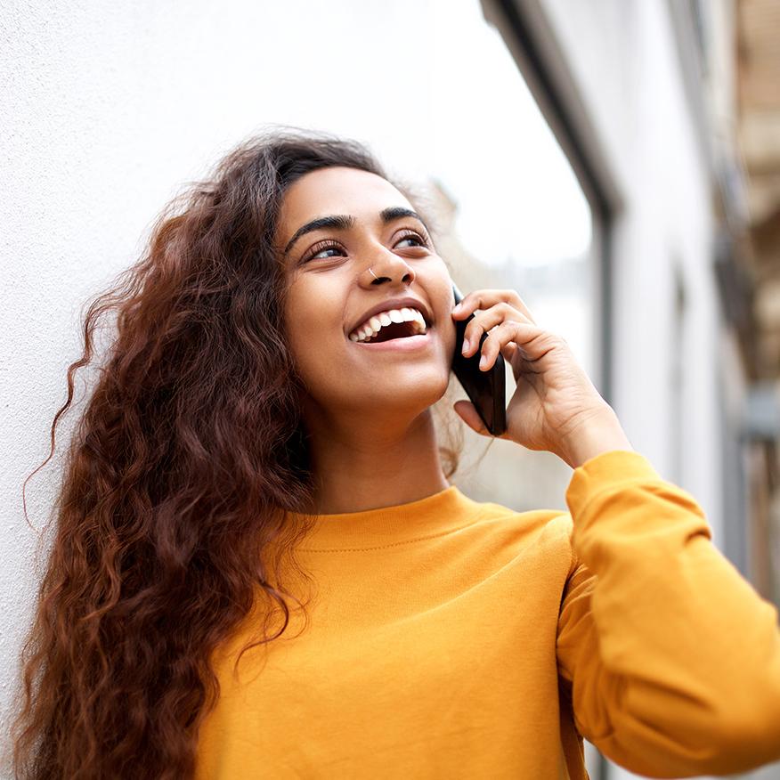 Soutient la croissance des cheveux - Femme aux cheveux pleins et ondulés sur téléphone mobile