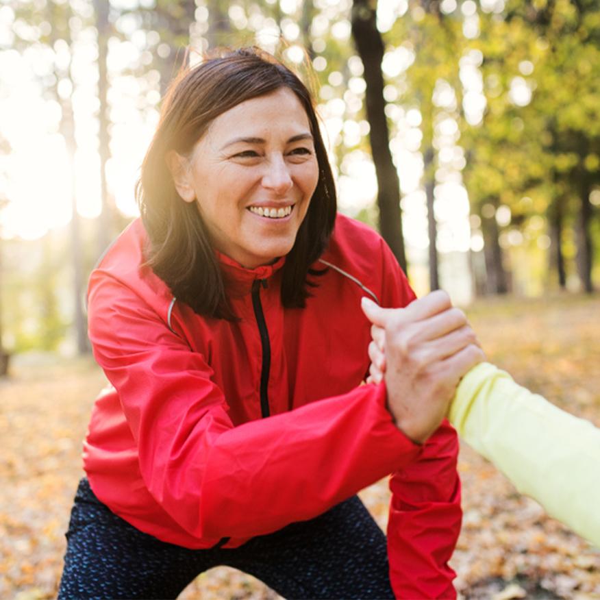 Protège l'intégrité de l'ADN - Femme faisant des exercices de partenaire dans un parc